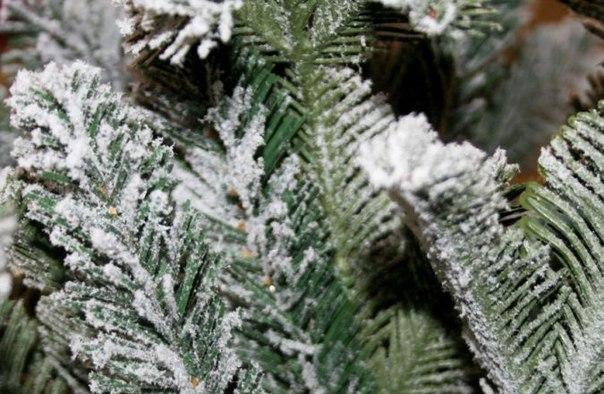 Ветки заснеженной ели из резины с искусственным снегом